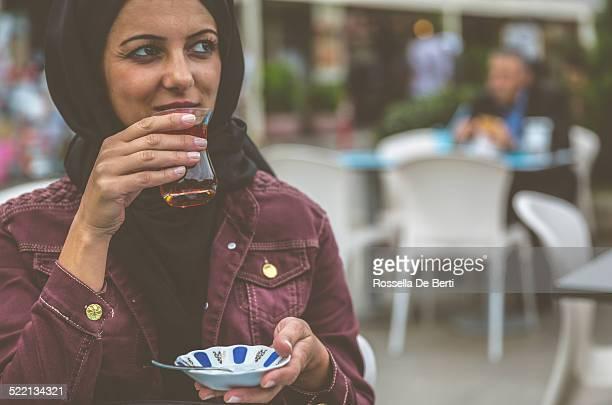 トルコのティーを飲む女性