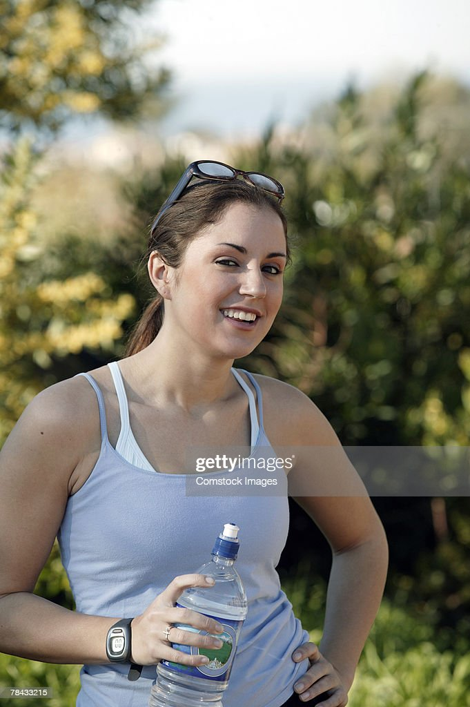 Woman drinking water during exercise : Foto de stock