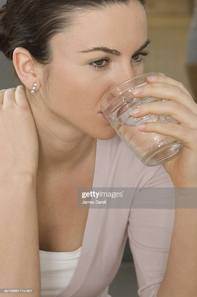 Woman drinking water from glass : Stockfoto