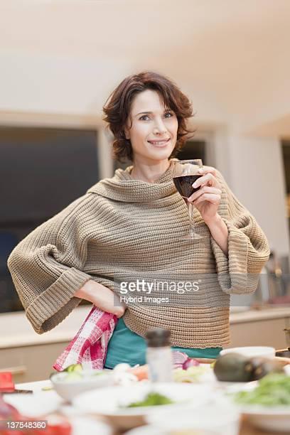 Frau trinkt Wein und Essen