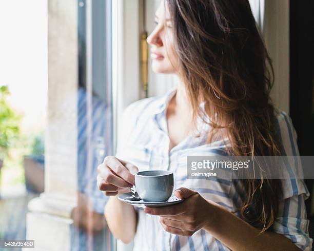 Frau Getränke Kaffee wie zu Hause fühlen.