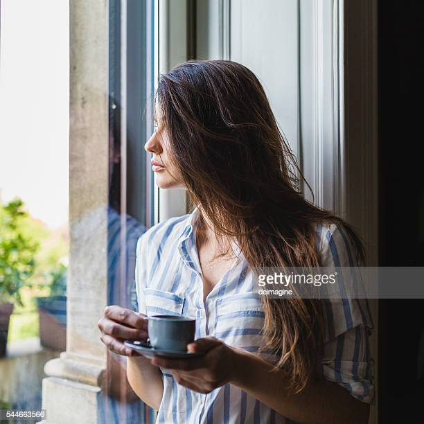 woman drinks coffee at home - 20 29 years stock pictures, royalty-free photos & images