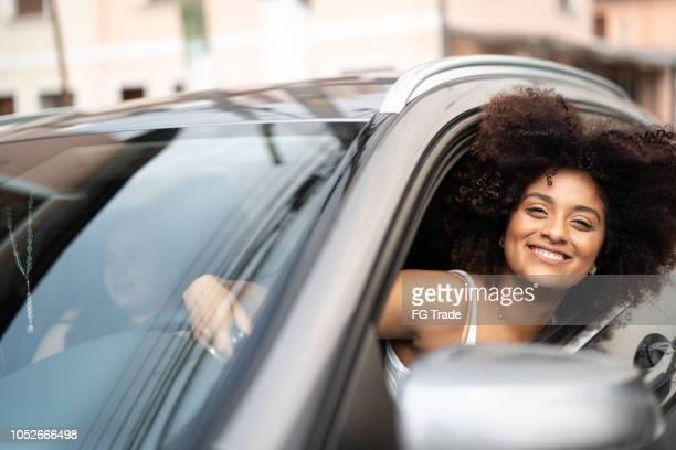車内で女性ドライバーの肖像画 - 中南米 ストックフォトと画像