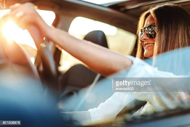 vrouw rijdende auto - landvoertuig stockfoto's en -beelden