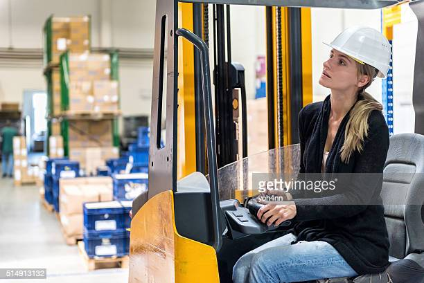 woman 運転フォークリフト - 吊り上げる ストックフォトと画像