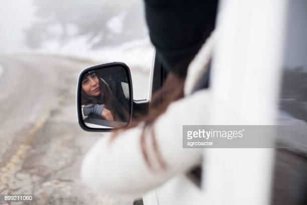 Autofahrerin an verschneiten Tag