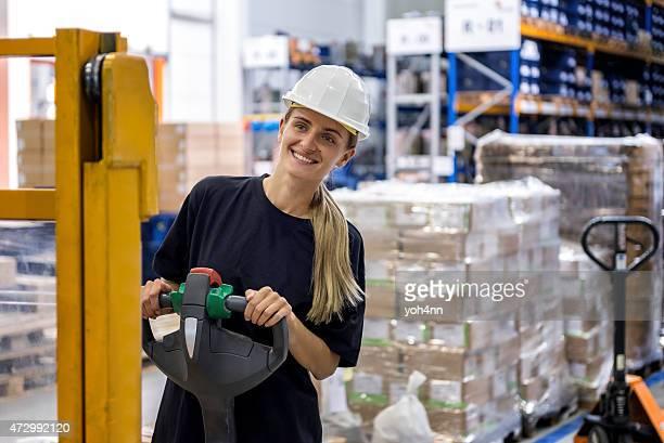 Femme conduite Chariot de manutention des palettes