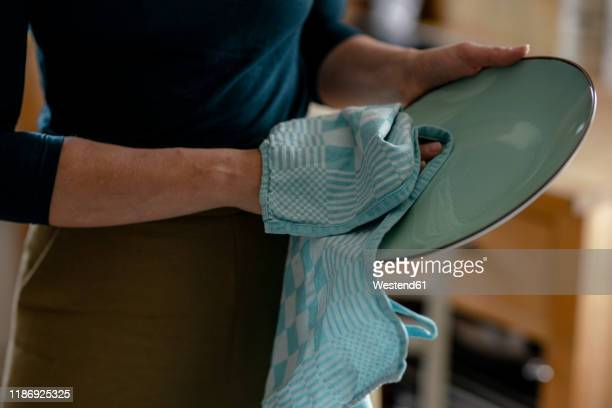 woman drying plate with dish towel, close-up - trapo de cocina fotografías e imágenes de stock