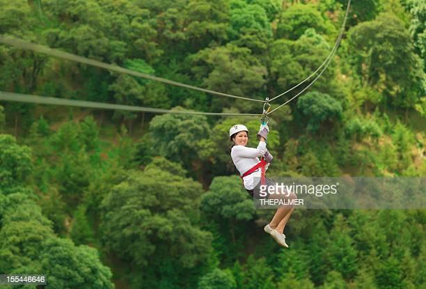 Mujer durante una excursión de tirolesa en Guatemala