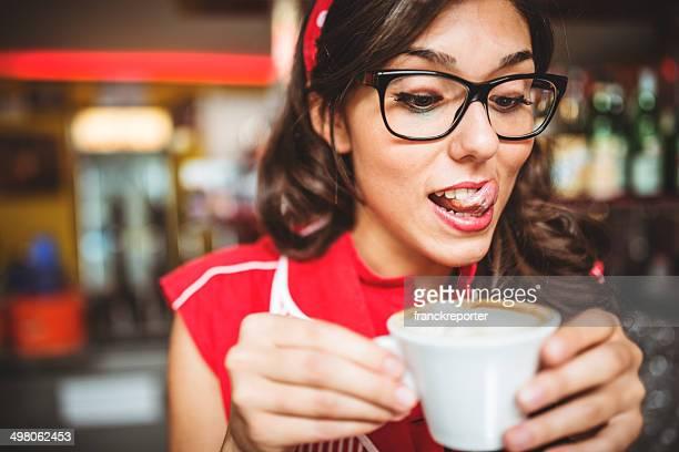 mulher comendo um cappuccino na cafè - lambendo os lábios - fotografias e filmes do acervo