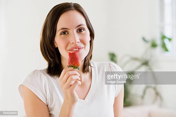 Femme manger une fraise