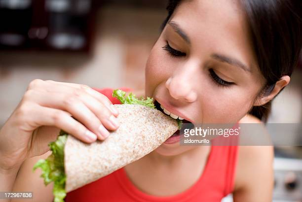 Mujer comiendo un taco