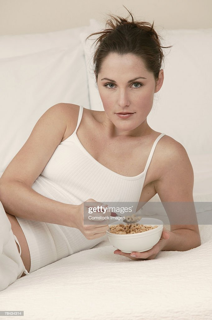 Woman eating cereal : Stockfoto