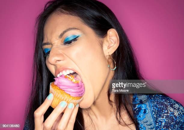 woman eating cupcake - estilo de vida insalubre - fotografias e filmes do acervo