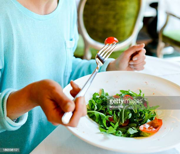 Frau Essen eine gesunde Salat in einem restaurant