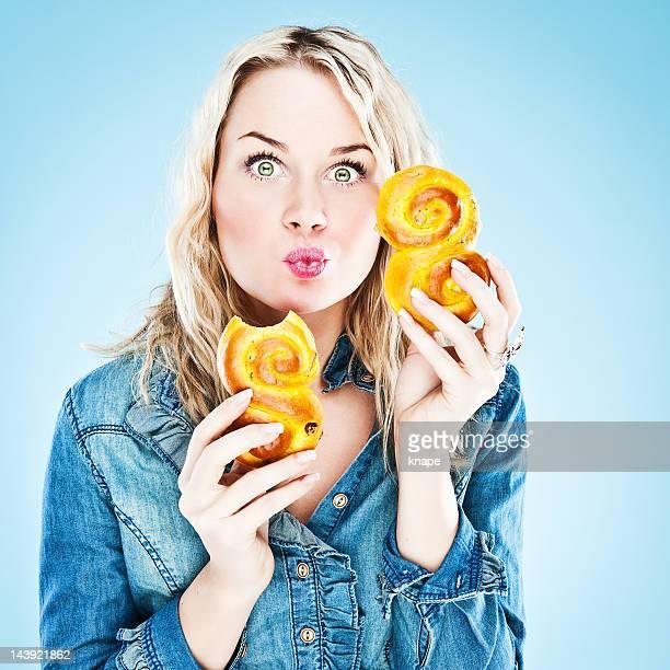 Mujer comiendo saffron buns