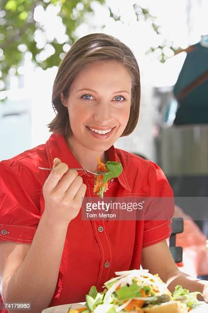 Frau Essen Salat im Freien