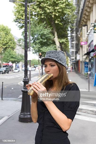 woman eating sandwich outdoors - ile de france photos et images de collection
