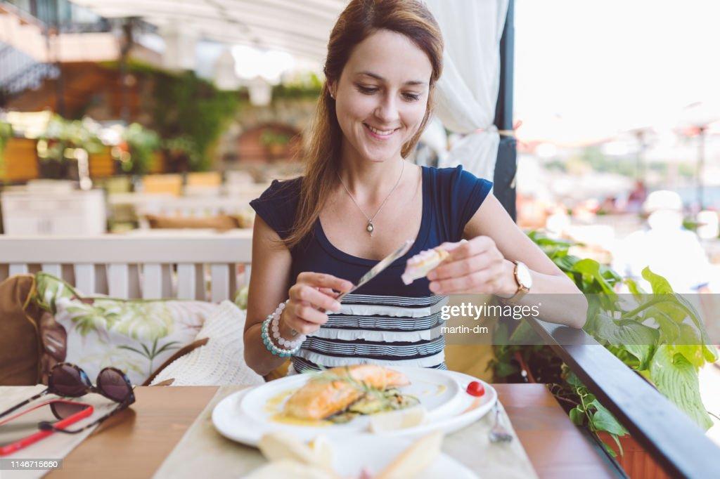 Mujer comiendo marisco en el restaurante : Foto de stock
