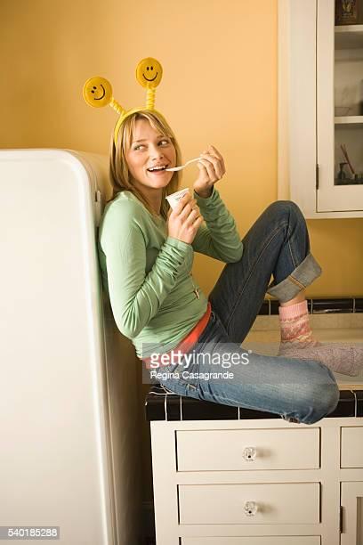 woman eating yogurt - une seule jeune femme photos et images de collection