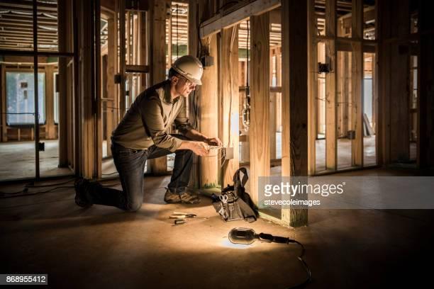 Frau Elektriker im Haus Baustelle.