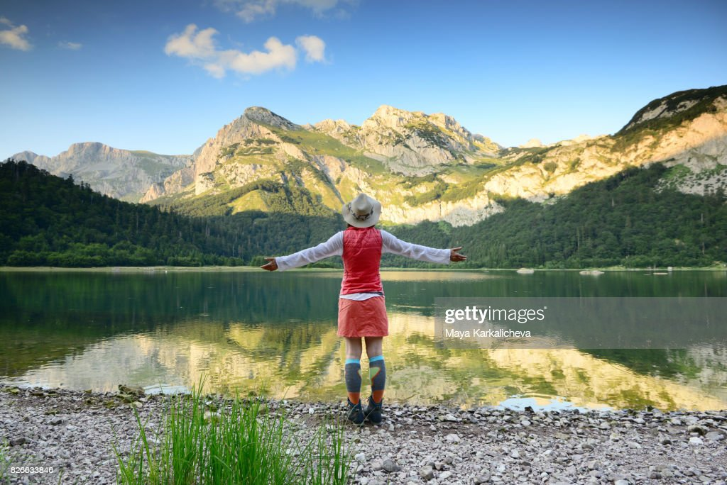 Woman embracing a beatufiul mountain scenery : Stock Photo
