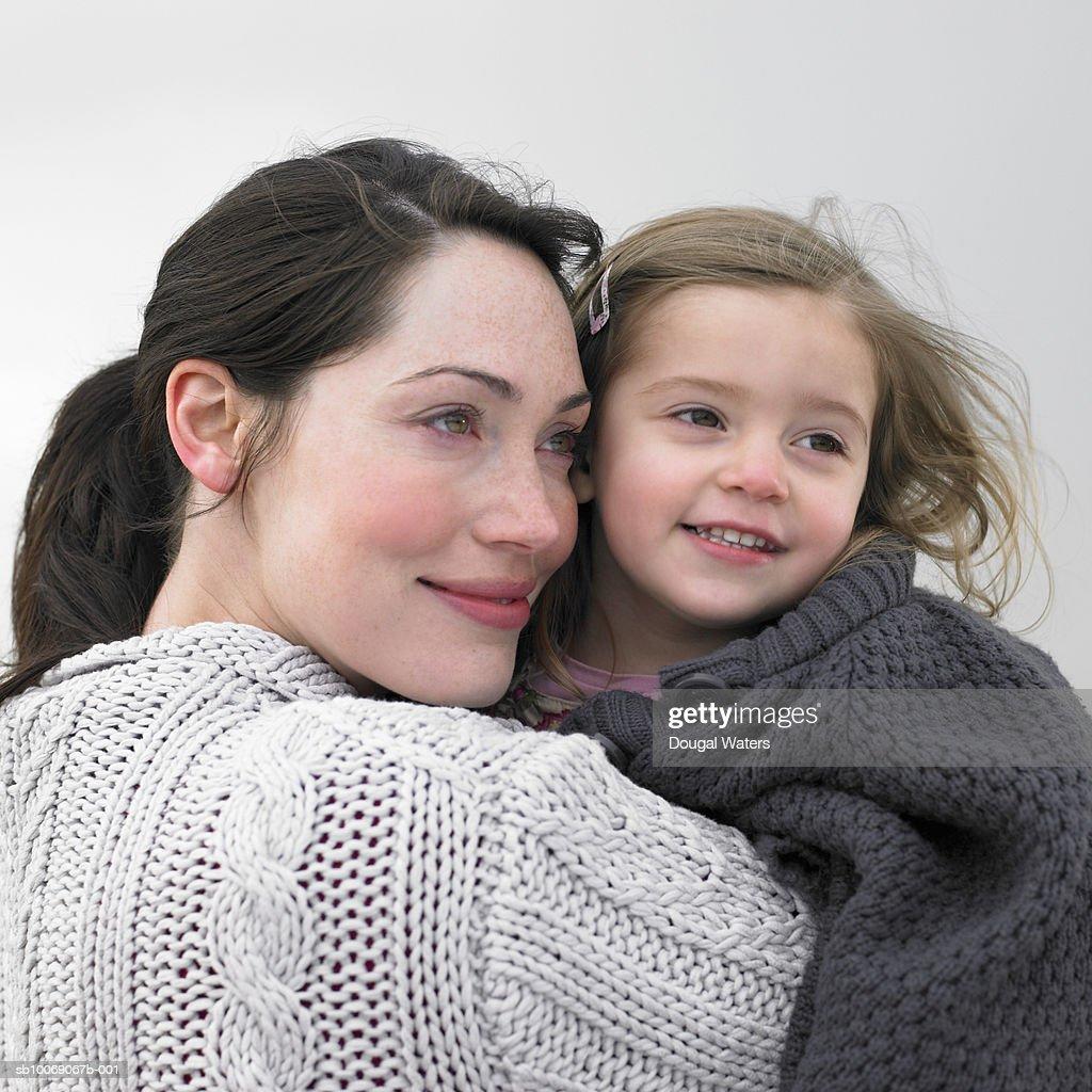 Woman embracing daughter (2-3), close-up : Stockfoto