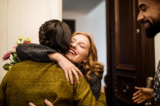 Woman embracing friend during visit for dinner party - gettyimageskorea