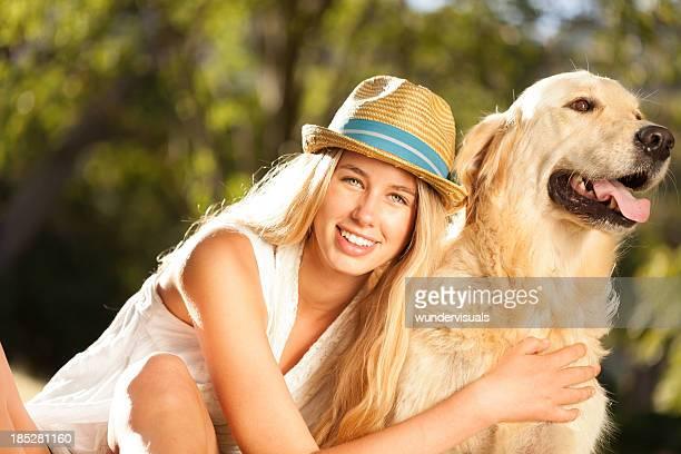 mulher experimentando seu cão sentado no parque - sentar se imagens e fotografias de stock