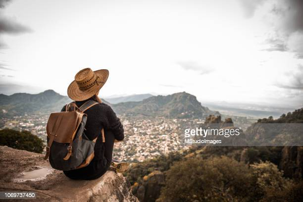 femme enjoing la vue. - travel photos et images de collection