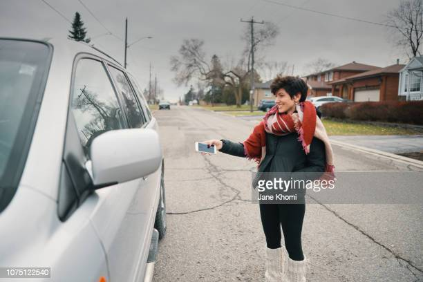 woman enjoy her self-drive car - driverless car stock pictures, royalty-free photos & images