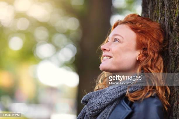 frau genießt einen sonnigen tag im park - dankbarkeit stock-fotos und bilder