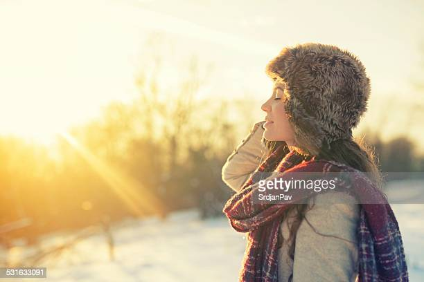woman enjoying a winter day on mountains - zonlicht stockfoto's en -beelden