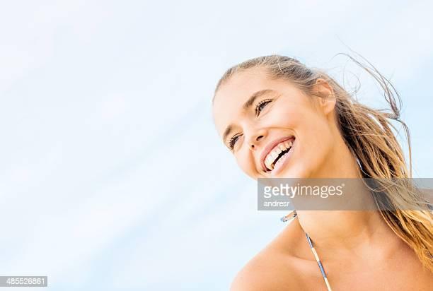 Femme profitant de la plage