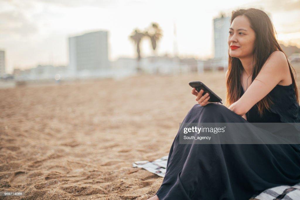 Frau, die am Strand : Stock-Foto