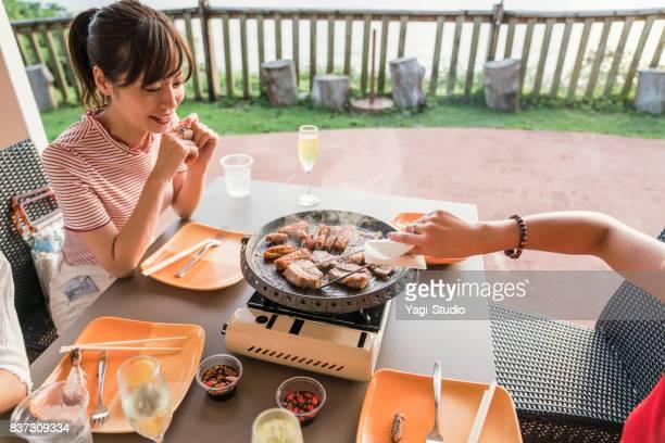 バーベキュー スタイルの食事を楽しむ女性