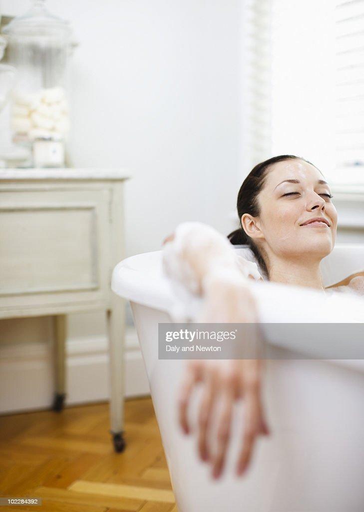 Woman enjoying bubble bath : Stock-Foto