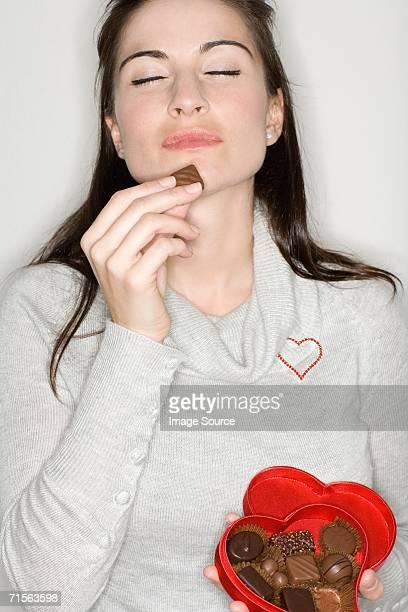 Frau genießen Sie Schokolade