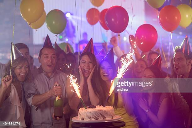 woman enjoying her surprise birthday party - aniversário - fotografias e filmes do acervo
