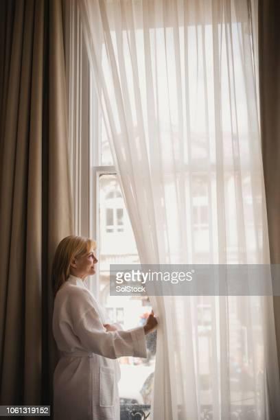 mujer disfrutando hotel con vista al - tela transparente fotografías e imágenes de stock