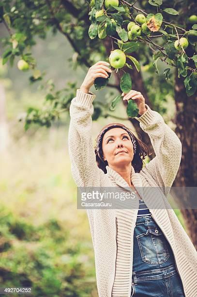 Frau, die in Ihrem Garten