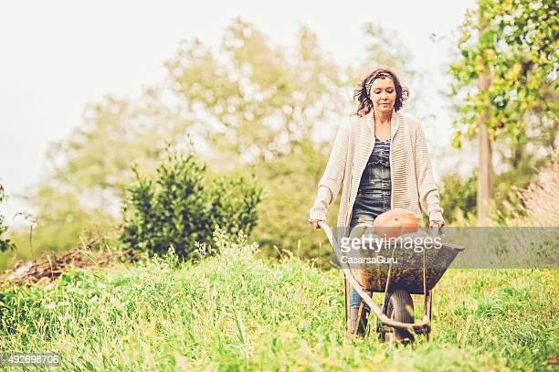 Frau in den Gemüsegarten genießen