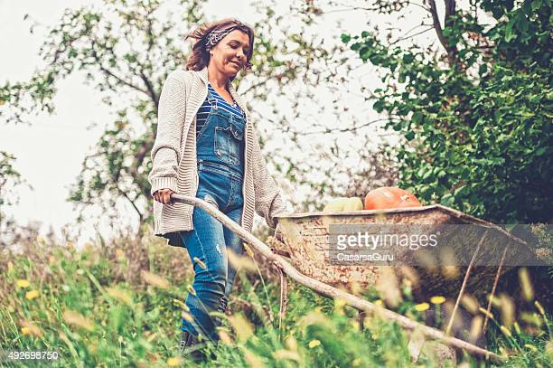 Femme appréciant dans son jardin potager