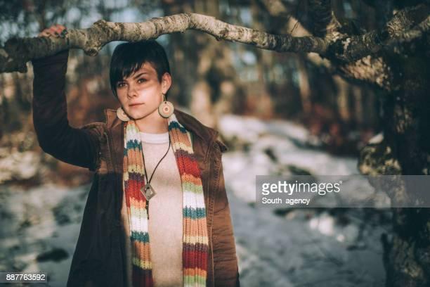 Femme appréciant le jour de l'hiver