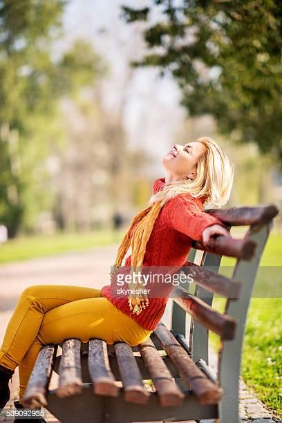 Frau genießen im Freien.