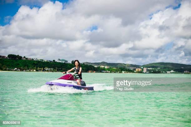 グアムでジェットスキーを楽しんでいる女性タノジョセイ
