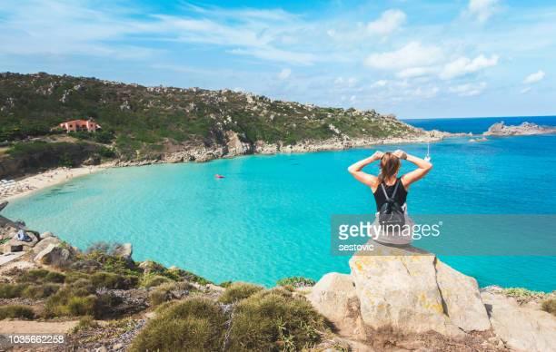 mujer disfrutando sardinia - cerdeña fotografías e imágenes de stock