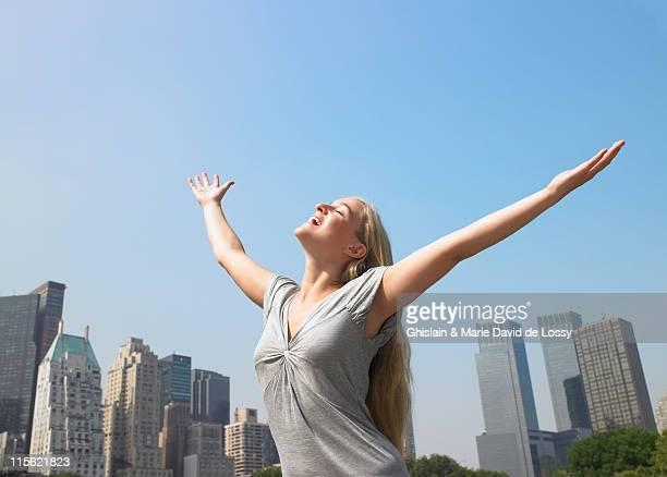 Mujer disfruta de la brisa en un día de calor