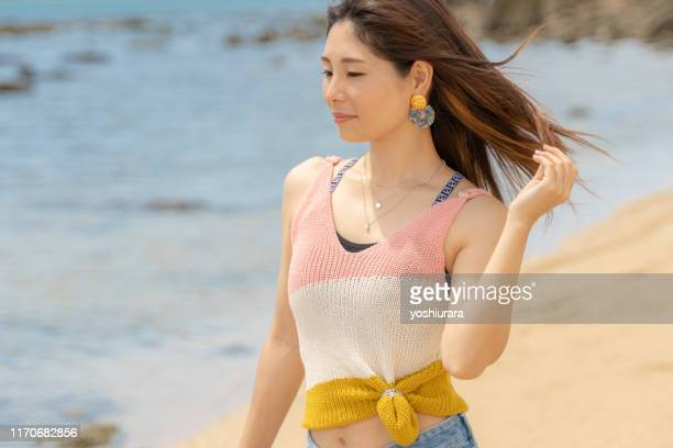海岸のそよ風を楽しむ女性 - 魅惑的な女性 ストックフォトと画像