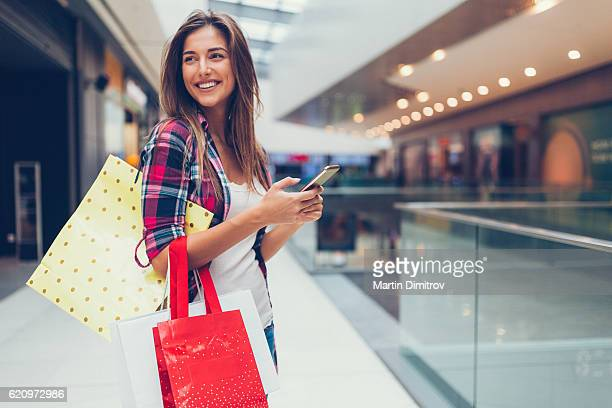 woman enjoying the day in the shopping mall - winkelen stockfoto's en -beelden